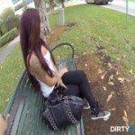 Image O gaseste in parc si o convinge sa se futa cu el