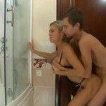 Image Blonda il prinde dezbracat in baie si doreste pula