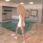 Image Il maseaza langa piscina apoi se iubeste cu el