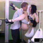 Image Convinge un strain sa o penetreze intr-o toaleta publica