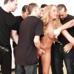 Image Nicoleta este o blonda frumoasa care adora sa faca sex in grup