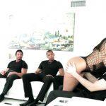 Image O bruneta excitata si patru barbati fac orgie adevarata