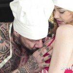 Image Bucatar tatuat si cu muschi fute bucatareasa lui favorita
