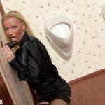 Image Blonda suge o pula de cauciuc in toaleta