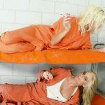 Image In puscaria de femei doua blondine si-o trag cu un vibrator