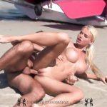 Image Se lasa regulata pe plaja de un strain
