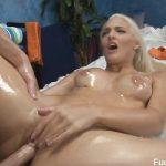Image Blonda excitata se lasa fututa pe masa de masaj