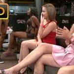 Image Stripper danseaza in pula goala in fata la multe femei