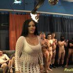 Image Bruneta grasa fututa de 30 de oameni pentru un film porno gangbang