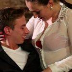 Image Chelnerita excitata face sex cu un client dupa ce inchide barul
