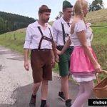 Image Blonda imbracata in haine tradionale are parte de dubla penetrare pe un camp