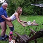 Image Tataie o fute pe nepoata lui la gratar o blonda adolescenta