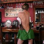 Image Imbracata in haine irlandeze de Sfantul Pattrick se masturbeaza pe gratis in bar