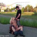Image Blonda fara jena si-o trage cu doi barbati pe o strada aglomerata