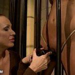 Image Prizoniera sexy fututa in celula cu dildo de cauciuc de catre politista perversa