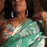 Image Indianca cu sani mari imbracata cu sari suge pula pana se umple de sperma
