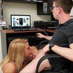 Image Fratele cu pula mare este un tocilar care se joaca pe calculator in timp ce surioara lui i-o suge adanc
