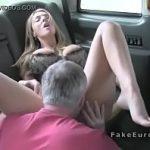 Image Barbat matur cu experienta fute blonda pe bancheta din spate a taxiului