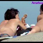 Image Obsedat sexual filmeaza cu telefonul doua brunete care fac plaja goale