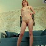 Image Rusoaica tanara cu sani micuti arata la webcam ce pizda roz are