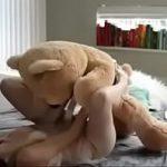 Image Blonda copilaroasa penetrata de ursulet de catifea cu pula de cauciuc