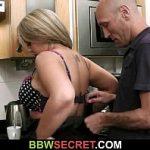 Image Face sex in bucatarie cu barbat insurat in timp ce musafirii stau in sufragerie