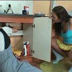 Image Sex in bucatarie cu instalatorul matur venit sa repare teava