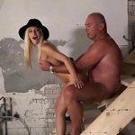 Image Blondina frumoasa penetrata usor de un gras cu pula mica