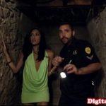 Image Hallowenn fericit si sex in beci alaturi de politist viril