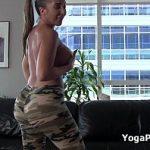 Image Fete care fac Yoga in pantaloni mulati si sani goi