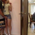 Image Taticul lucreaza pe laptop iar sora si frate se fut pe coridor