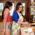 Image Mama si fiica fac prajituri si se masturbeaza reciproc