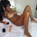 Image Negresa cu sani rotunzi se masturbeaza la webcam