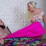 Image Blonda vede pula fratelui si se apuca de frecat