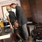 Image Secretara tanara fututa la munca de seful excitat