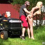 Image Matura tunde goala gazonul si face sex cu vecinul norocos