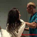 Image Pacienta tinuta in camasa de forta si abuzata de doi paznici bulangii