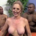 Image Profa sexuala de 47 de ani cu sani mari penetrata de doi negrii virili