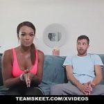 Image Mulatra sportiva cu pantaloni mulati si decolteu face sex cu un vlogger dotat
