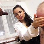 Image Patroana perversa se fute cu angajat negru sub privirile sotului sclav