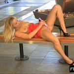 Image Blonda goala in public isi freaca pizda cu vibrator roz