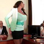 Image Emma Butt milfa cu sanii mari fututa in birou impreuna cu o adolescenta