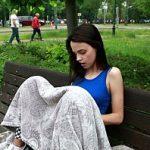 Image Aniela e slabuta dar frumoasa si are tupeu sa se masturbeze pe banca in parc