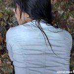 Image Cehoaica tanara face sex imbracata in padure pentru bani