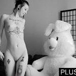 Image Fata emo slabuta cu tatuaje si piercing face sex la casting cu iepurasul