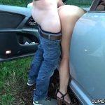 Image Tarfa care se fute rapid in masina cu clientii dornici de pizda