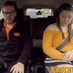 Image Instructor auto fute o grasana in masina de examen