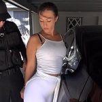Image Politai in patrula fute rapid in garaj o tenismena profesionista