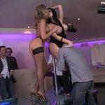 Image Aletta Ocean si Aleska Diamond danseaza la bara in club si sunt penetrate de clienti