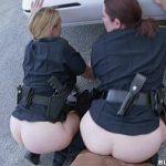 Image Doua politiste pe strada futute in spatele masinii de negru violator